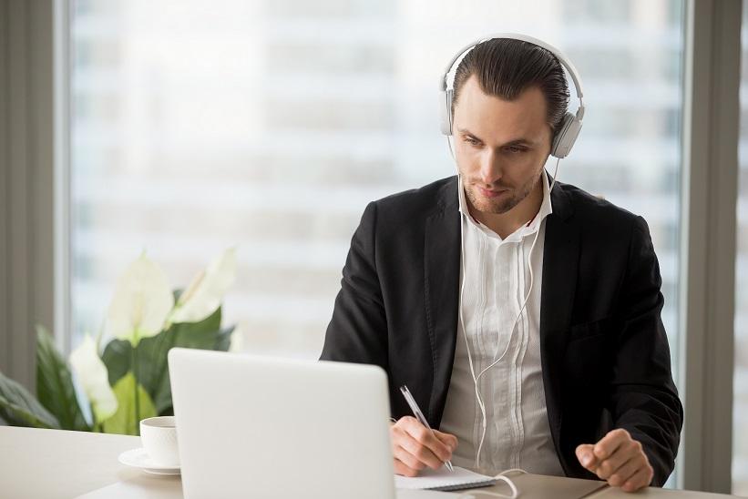 Mann, der an einer Online Schulung teilnimmt